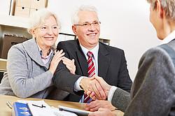 Erfolgreiches Kreditgespräch eines Rentnerpaares [© Robert Kneschke - Fotolia.com]