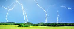 Blitz schlägt in einem Wald vor einer Wiese ein - [© GIS - Fotolia.com]