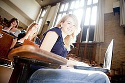Kredit für Studenten und Studentinnen zum Besseren Studieren [© Tyler Olson - Fotolia.com]